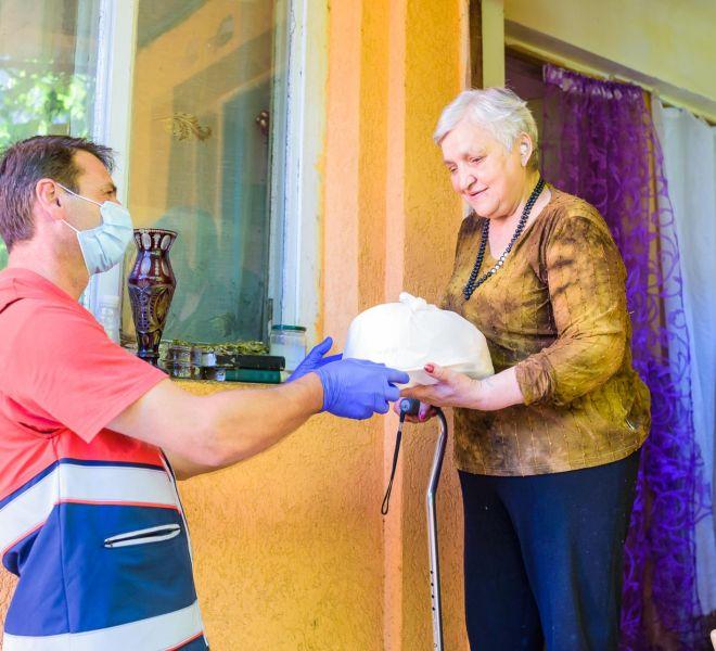 Voluntarii SAMR distribuie zilnic o masă caldă pentru zeci de bătrâni